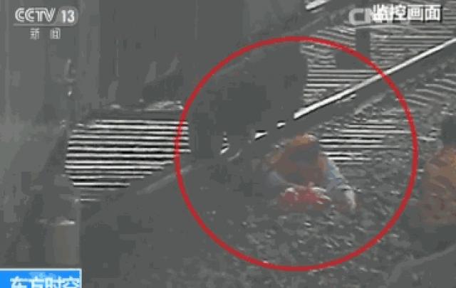 为救横穿铁轨老人,他被火车碾轧膝盖以下全部截肢!视频首度公开还原救人瞬间……